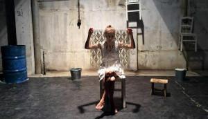 Kép: Jelenet a Kompánia Színházi Társulat Exile II. - Penelopé retrospektív (Túlélés-etűdök 12 lányra) című darabjából.