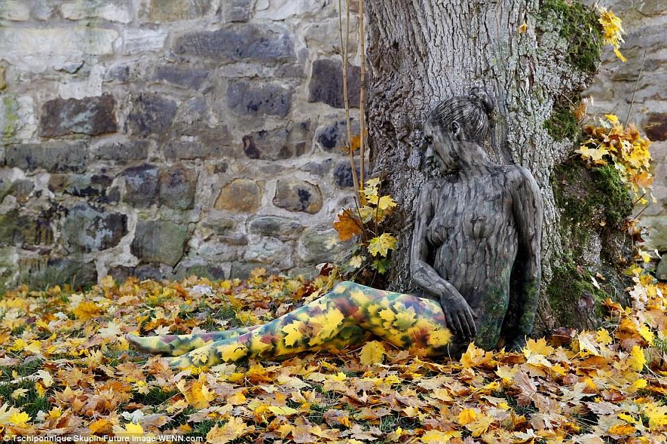 Jörg Düsterwald, testfestő művész munkája. Fotó: Tschiponnique Skupin