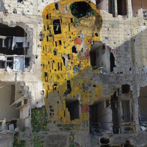 """G. Klimt """"Csók"""" című festménye a Szíriai Múzeum falán - Tamman Azzam alkotása"""